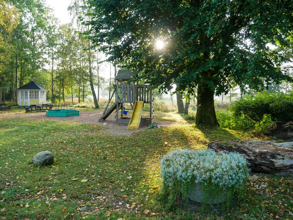 Björboholmsparken i Björboholm med lekplatsen och lusthuset i bild,