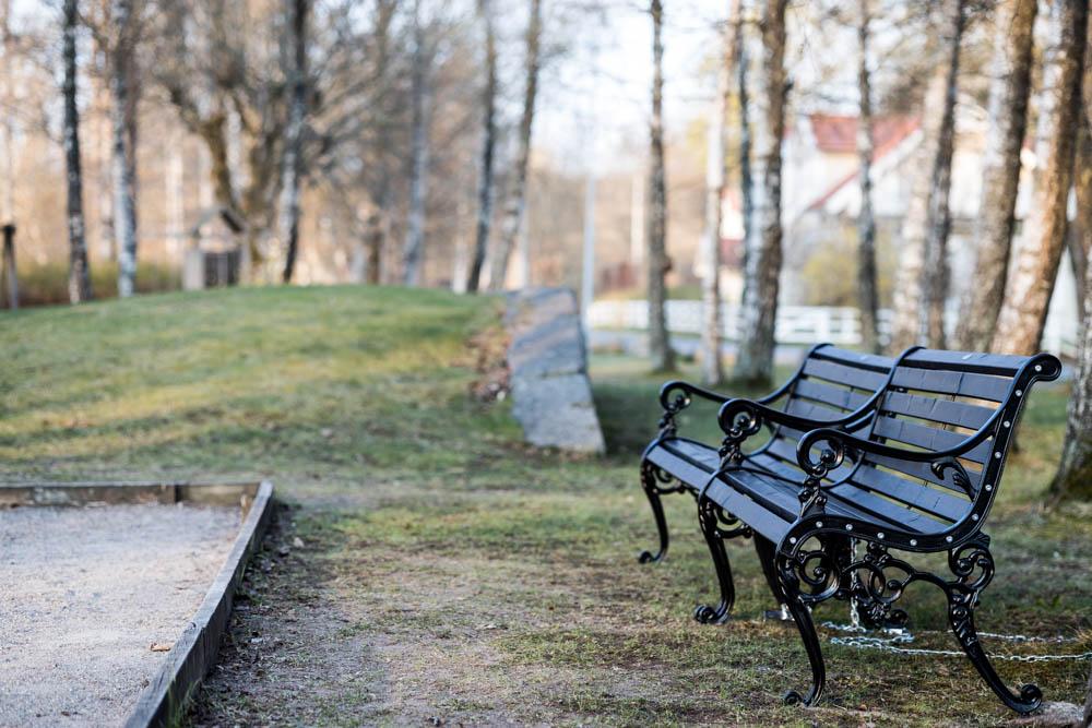 Nya bänkar vid boulbanan i Björboholmsparken vår 2021. Foto Johanna Ene.